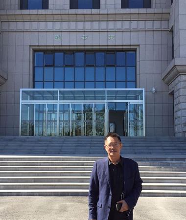 李武平律师在国家法官学院图书馆前